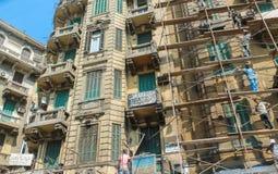 Gatorna av Kairo överbefolkas med folk och avfallsprodukter och en enorm befolkningtäthet royaltyfria foton
