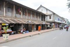 Gatorna med koloniala hus av Luang Prabang på Laos Arkivbilder