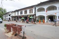Gatorna med koloniala hus av Luang Prabang på Laos Royaltyfri Foto
