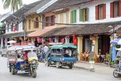 Gatorna med koloniala hus av Luang Prabang på Laos Royaltyfri Bild
