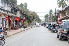 Gatorna med koloniala hus av Luang Prabang på Laos Royaltyfria Foton