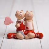 Gatos cariñosos de los pares con el globo en forma de corazón fotografía de archivo
