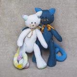 Gatos del juguete de los pares de la familia fotos de archivo libres de regalías