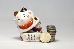 Gatos e ienes afortunados japoneses Imagem de Stock Royalty Free