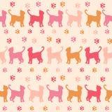 Gatos rosados y modelo inconsútil de la silueta de los rastros Imágenes de archivo libres de regalías