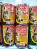 gatos y comida de perros en el mercado en la exhibición Imagen de archivo libre de regalías