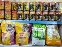 Gatos y comida de perros llenos en el mercado en la exhibición Foto de archivo libre de regalías