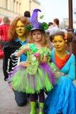 Gatos y hada, adultos y niños en vestido de lujo en el día de fiesta Imagenes de archivo