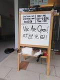 Gatos y letrero el dormir fotos de archivo