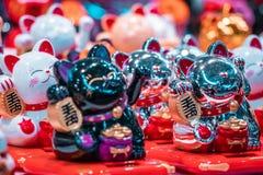 Gatos y muñecas miniatura orientales tradicionales de la fortuna foto de archivo libre de regalías