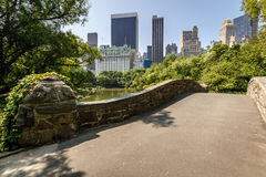 Gatstow bro vid dammet, Central Park, Manhattan, New York Arkivfoto