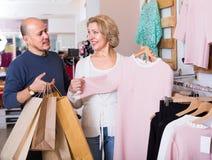 Gatten, die neues Kleid kaufen Stockbilder