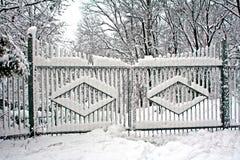 Gatter umfaßt mit Schnee Lizenzfreies Stockbild