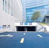Gatter zum Autoparkplatz Stockbild