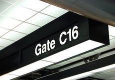 Gatterzeichen am Flughafen Stockfotos