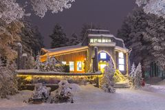 Gatti delle nevi davanti all'ufficio locativo nel villaggio di Rovaniemi Fotografie Stock