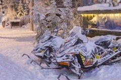 Gatti delle nevi davanti all'ufficio locativo nel villaggio di Rovaniemi Fotografia Stock Libera da Diritti