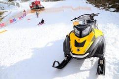 Gatti delle nevi Ski-Doo Rotax 600 uff E-tecnico su campo di neve fotografia stock