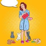 Gatti di Art Beautiful Woman Feeding Her di schiocco Animale domestico care Immagini Stock Libere da Diritti