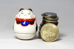 Gatti e Yen fortunati giapponesi Fotografia Stock