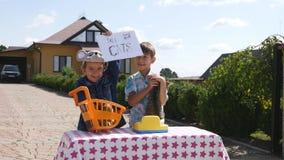 Gattini di vendita dei bambini vicino alla casa Fotografia Stock Libera da Diritti