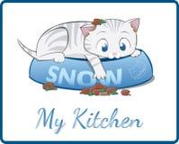 Gattino bianco sveglio che gioca in sua ciotola dell'alimento Fotografia Stock Libera da Diritti
