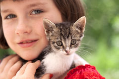 Gattino della tenuta della bambina Immagine Stock