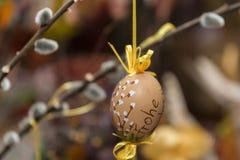 Gattino dipinto a mano dell'uovo di Pasqua e del salice immagini stock