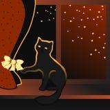 Gattino nero che si siede su un davanzale della finestra Fotografia Stock