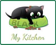 Gattino nero sveglio che gioca in sua ciotola dell'alimento Fotografie Stock