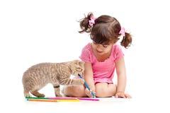Gattino sveglio del gatto e del bambino che gioca con le matite immagine stock