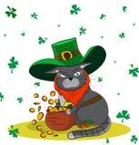 Gatto avido vestito come un leprechaun ed oro Giorno del ` s di St Patrick del manifesto Immagini Stock Libere da Diritti