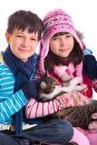 Gatto della holding della ragazza e del ragazzo Immagine Stock