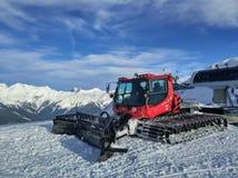 Gatto delle nevi rosso sulle montagne Immagini Stock Libere da Diritti
