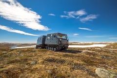 Gatto delle nevi seguito sul paesaggio nevoso della montagna, destra Fotografia Stock Libera da Diritti