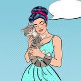 Gatto di Art Young Beautiful Woman Embracing di schiocco Immagini Stock Libere da Diritti