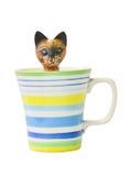 Gatto di legno intagliato nel di ceramica di vetro variopinto. Fotografia Stock Libera da Diritti