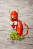 Gatto divertente fatto di pepe su fondo di legno Fotografia Stock