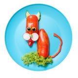 Gatto divertente fatto di pepe sul piatto blu Fotografia Stock Libera da Diritti