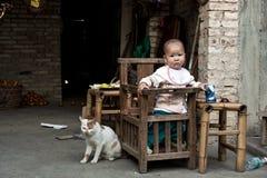 Gatto e neonato di Nannyish Fotografia Stock Libera da Diritti