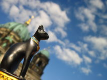 Cattedrale, il cielo, il gatto Fotografia Stock Libera da Diritti