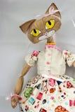 Gatto fatto a mano divertente isolato su bianco, tessuto del giocattolo del modello fotografia stock libera da diritti