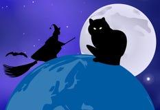 Gatto nero che si siede sul globo e su una strega che lo sorvolano su una notte illuminata dalla luna nella celebrazione di Hallo Fotografia Stock