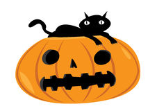 Gatto spaventoso che riposa su una zucca di Halloween Fotografie Stock Libere da Diritti