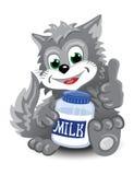 Gatto sveglio grigio con la bottiglia di latte Fotografia Stock