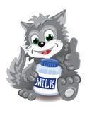 Gatto sveglio grigio con la bottiglia di latte Immagini Stock