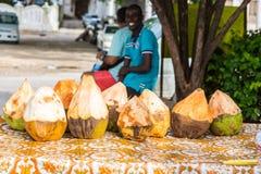 Gatuförsäljare av kokosnötter Stenstad, gammal kolonial mitt av den Zanzibar staden, Unguja ö, Tanzania arkivfoto