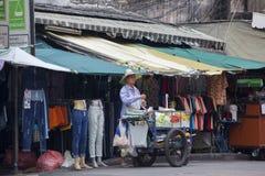 Gatuförsäljare i det Khao San vägområdet av Bangkok Fotografering för Bildbyråer