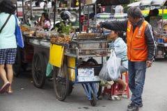 Gatuförsäljare i det Khao San vägområdet av Bangkok Arkivfoto