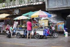 Gatuförsäljare i det Khao San vägområdet av Bangkok Arkivfoton